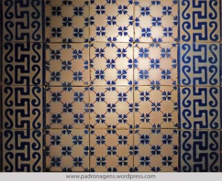 Azulejos Franceses, tipo Pas-de-Calais. Fabricação: Fourmaintraux-Hornoy. Rue des Potiers, Desvres, Pas-de-Calais. Dimensões: 110x110 mm. Século XIX.