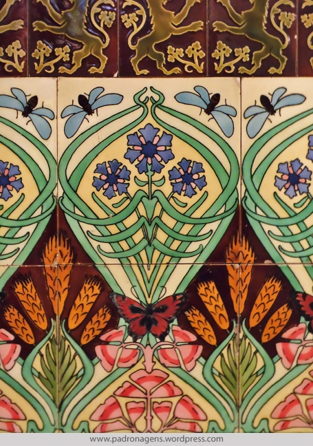 """Friso superior: Azulejo Belga. Fabricação Boch Frères, La Louviere, Bélgica. Entre: 1841-1879. Abaixo:""""Borboletas Belgas"""" Azulejo Art Nouveau. Data: Cerca de 1911."""