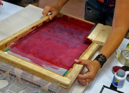Molde em jornal posicionado sob a tela de silk