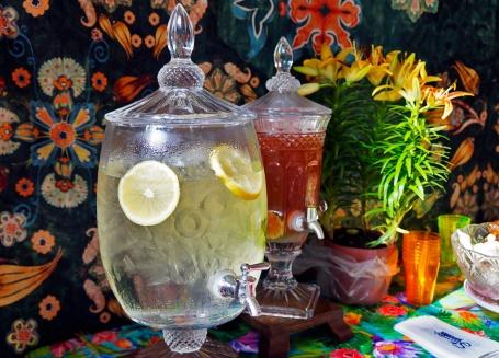 Água aromatizada e suco de fruta bem gelados pra hidratar e refrescar...